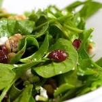 Летний салат из клюквы, грецких орехов и шпината